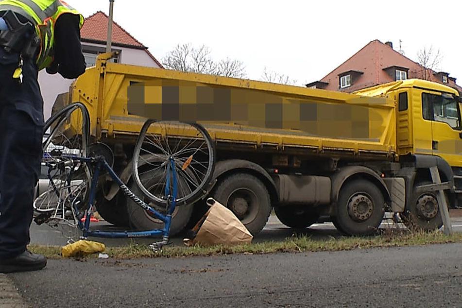 Nach ersten Informationen erfasste der Kipplaster die Radfahrerin beim Einbiegen in die Kommandant-Prendel-Allee.