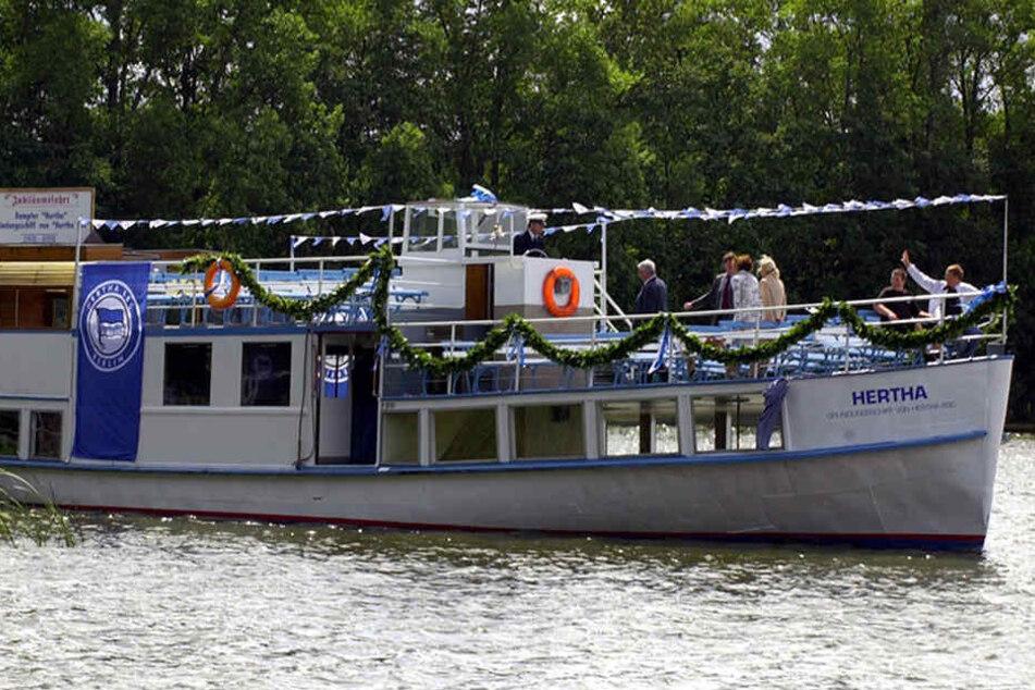 """Der Ausflugsdampfer """"Hertha"""", ehemaliges Gründungsschiff des Berliner Fussballclubs Hertha BSC, fährt auf der Kyritzer Seenkettee bei Wusterhausen."""