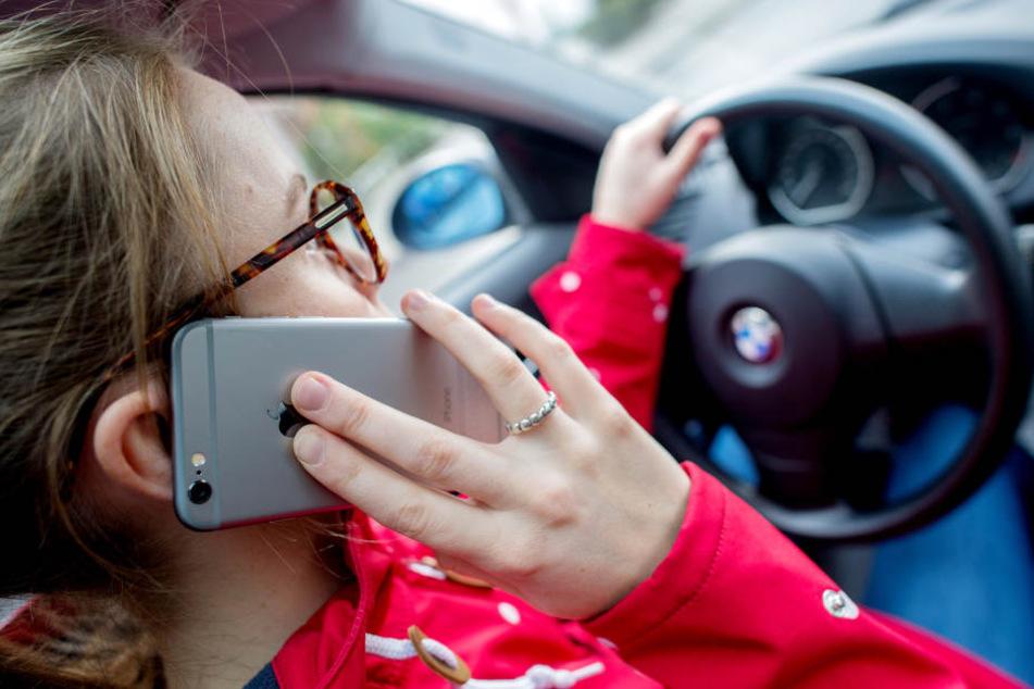 Das Handy sollte beim Autofahren ausgeschaltet bleiben.