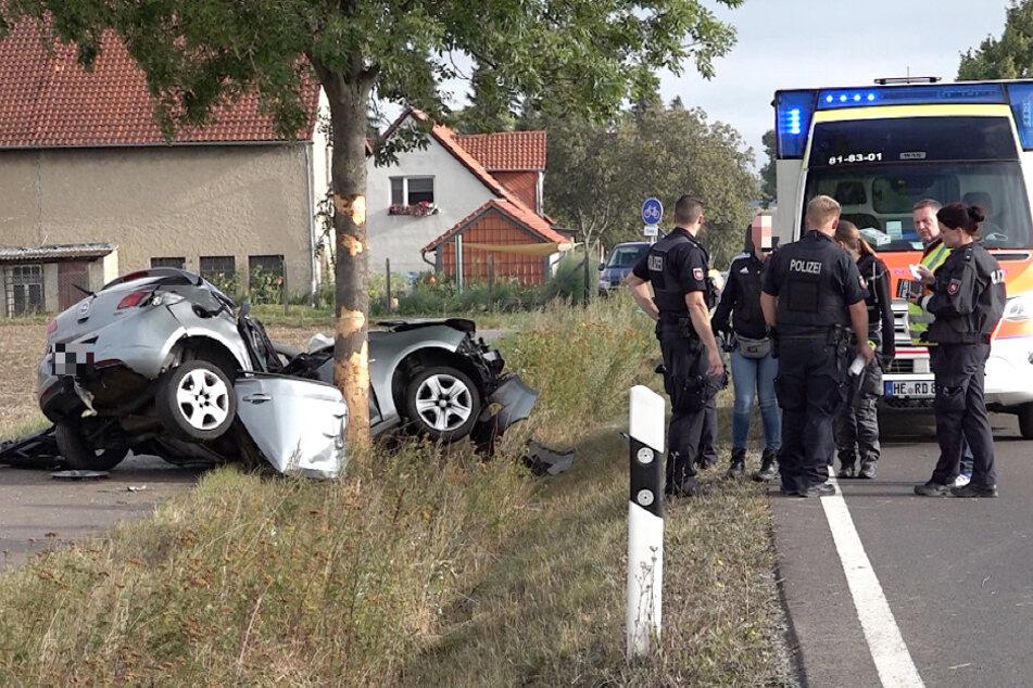 Aktuell ist noch unklar, warum der Opel Corsa aus der Kurve geriet.