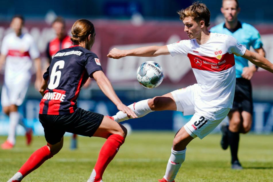 Beim Zweitliga-Kick gegen Wehen Wiesbaden kämpft Mateo Klimowicz gegen Tobias Schwede (links) um den Ball.