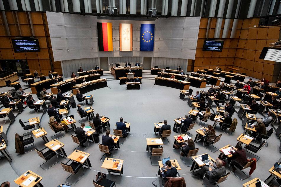 Michael Müller (56, SPD), Regierender Bürgermeister von Berlin, spricht bei der Sondersitzung im Berliner Abgeordnetenhaus am Rednerpult zu den Abgeordneten.