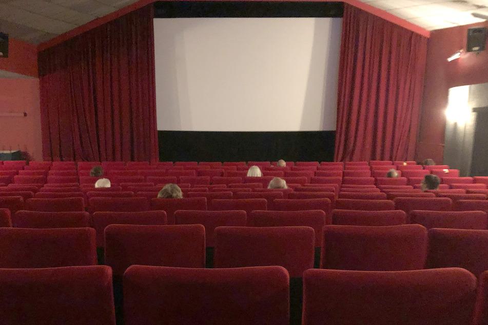 Medienvertreter sitzen in einem Kinosaal des Programmkinos Abaton. 15 Wochen lang war in den etwa 15 Hamburger Programmkinos fast nichts los. Leere Kinosessel, dunkle Leinwände. Nun aber kommt wieder Leben in die Bude. Die Programmkinos starten ins Sommerprogramm - wenn auch mit Bauchschmerzen.