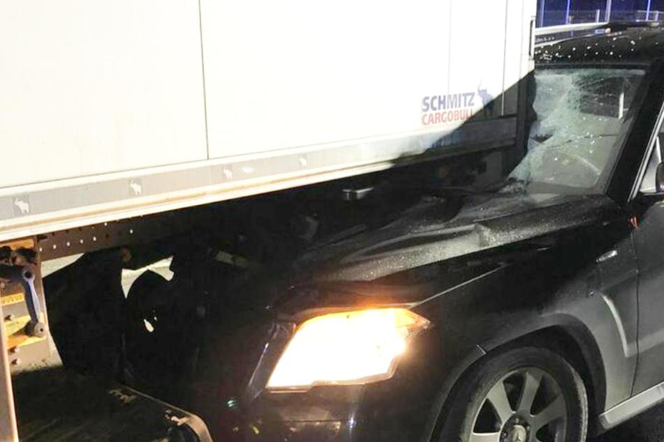 Weihnachtswunder? Betrunkener Autofahrer rast ungebremst in Lkw und hat Glück im Unglück