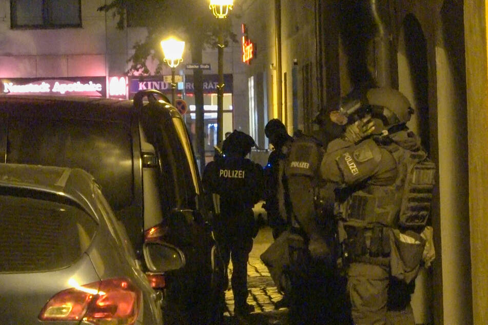 Nächtlicher Einsatz in Magdeburg: SEK stürmt und durchsucht Gebäude