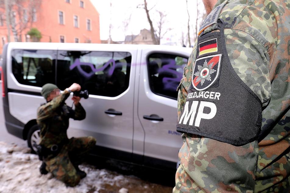 Reifen zerstochen, Fenster beschmiert: Bundeswehr-Transporter stark beschädigt!