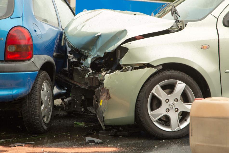 Die Front des Mazdas wurde schwer beschädigt.