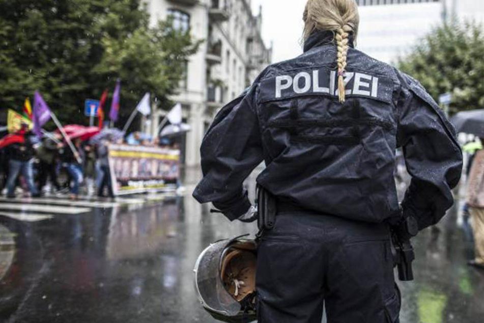 Die Bewerbung der Dortmunderin wurde aufgrund ihrer Silikonbrüste abgelehnt. Nun darf sie erneut um den Job kämpfen. (Symbolbild).