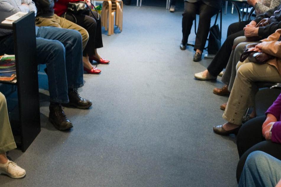 Im Praxisalltag ist es für Ärzte schwierig, mögliche Corona-Patienten im Wartezimmer von anderen zu trennen.