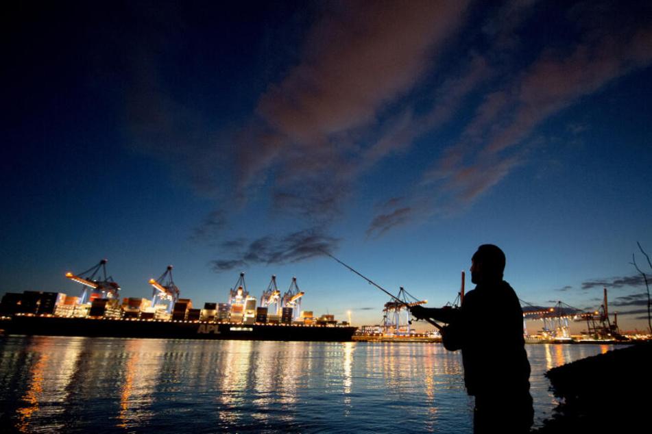 Auch am Hamburger Hafen gibt es Angler. Sie müssen ebenso aufpassen.
