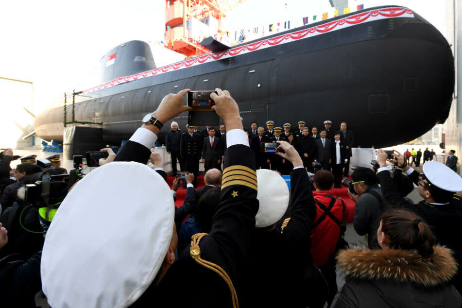 """Die """"Invincible"""", das neue U-Boot vom Typ 218SG für die Republik Singapur, steht auf dem Werftgelände von ThyssenKrupp Marine Systems."""