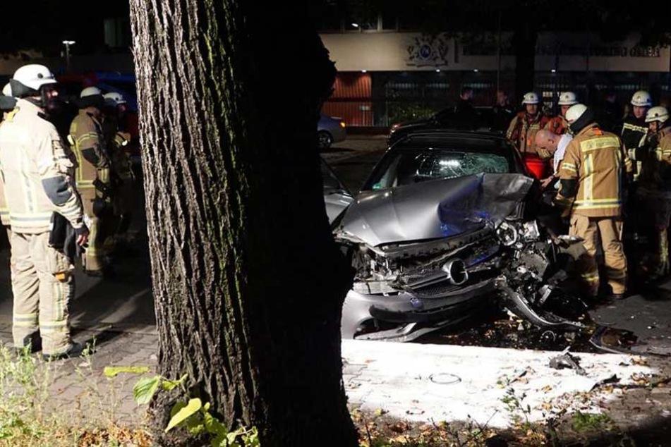 Die Front des Luxus-Sportwagens ist nach dem Aufprall völlig zerstört.