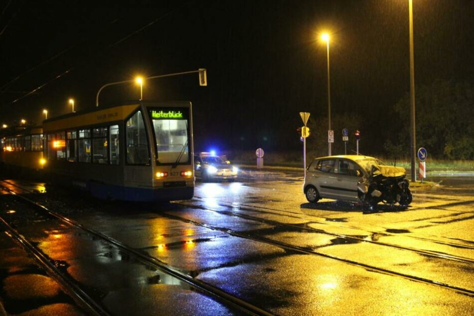 Auto kracht mit Straßenbahn zusammen: Fahrer schwer verletzt