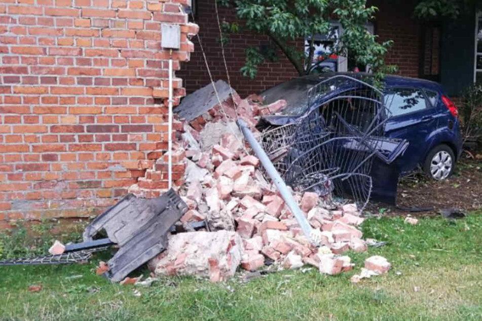 Bei dem Unfall stürzte die Hauswand auf das Auto.