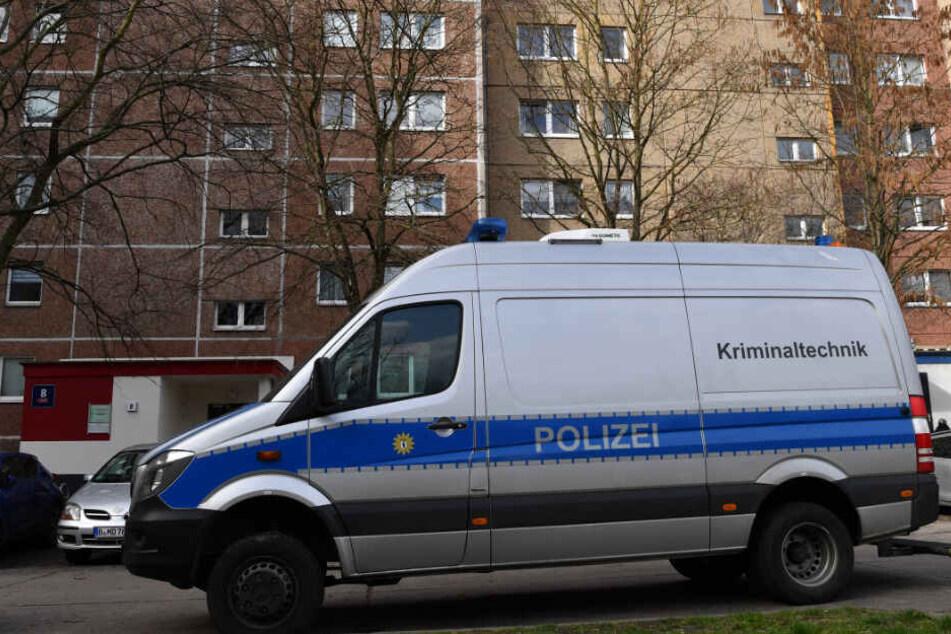 Ein Wagen der Kriminaltechnik der Polizei steht vor einem Wohnhaus an der Wörlitzer Straße in Marzahn.