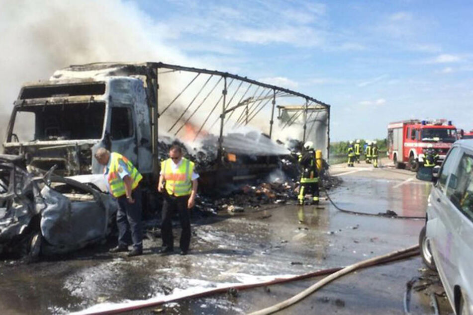 Der Lkw und ein Auto brannten am Mittwochnachmittag auf der A14 komplett aus.
