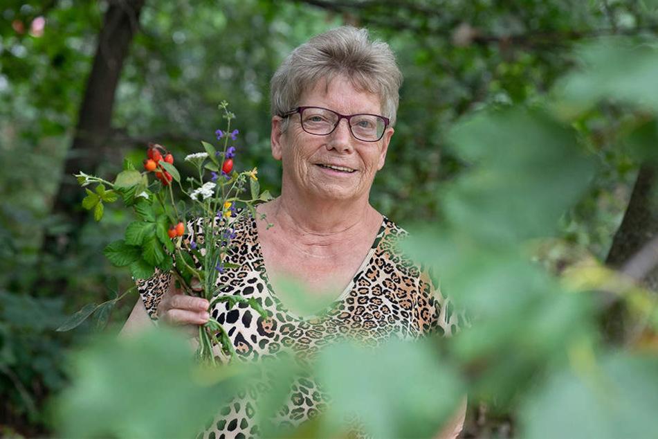 Christel Jacobi (74) führt die Kräuterwanderung durch.