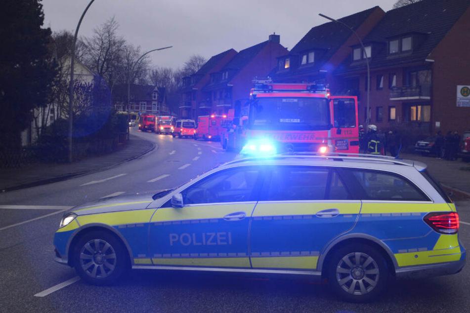 Ein Großaufgebot der Feuerwehr steht vor dem betroffenen Haus.