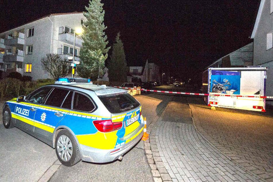 Die Polizei Bielefeld sperrte das Gebiet rund ums Mehrfamilienhaus im Veilchenweg ab.