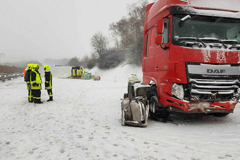 Der Anhänger wurde abgerissen und liegt nun quer auf allen Fahrstreifen der A72.