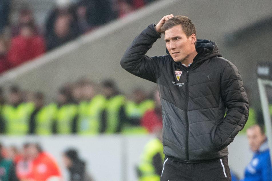 Stuttgarts Trainer Hannes Wolf beim letzten Spiel gegen Schalke am gestrigen Samstag. Da wusste er wohl noch nicht, dass es sein allerletztes beim VfB werden sollte. (Archivbild)