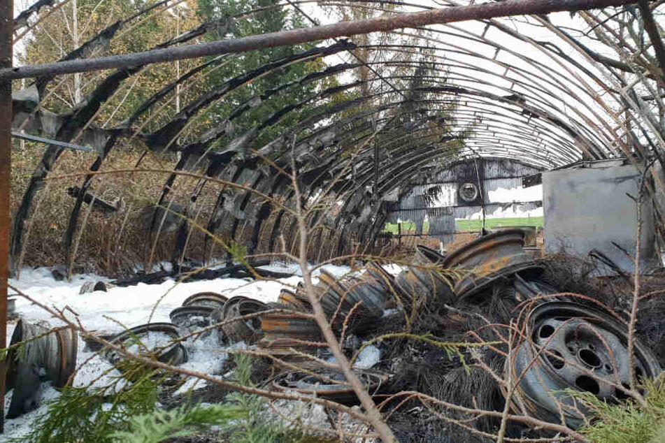In der Lagerhalle wurden Sperrmüll und Reifen gelagert. Sie brannte bis aufs Grundgerüst aus.