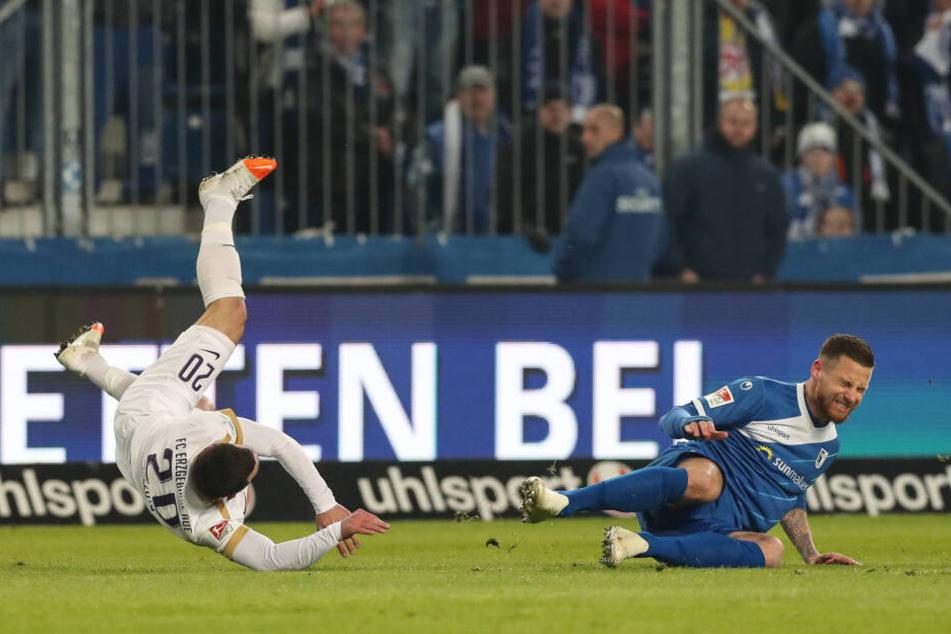Timo Perthel (r.) holt Calogero Rizzuto rüde von den Beinen. Der Magdeburger war letzter Mann, kam aber mit Gelb davon.