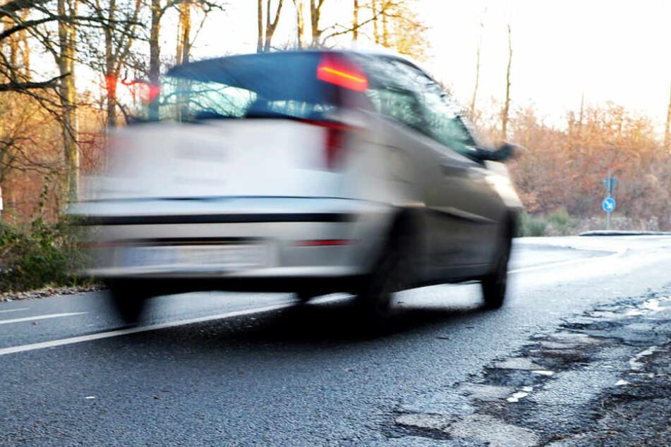 Wenn in voller Fahrt die Reifen zerstört werden, wird es sehr gefährlich. (Symbolbild)