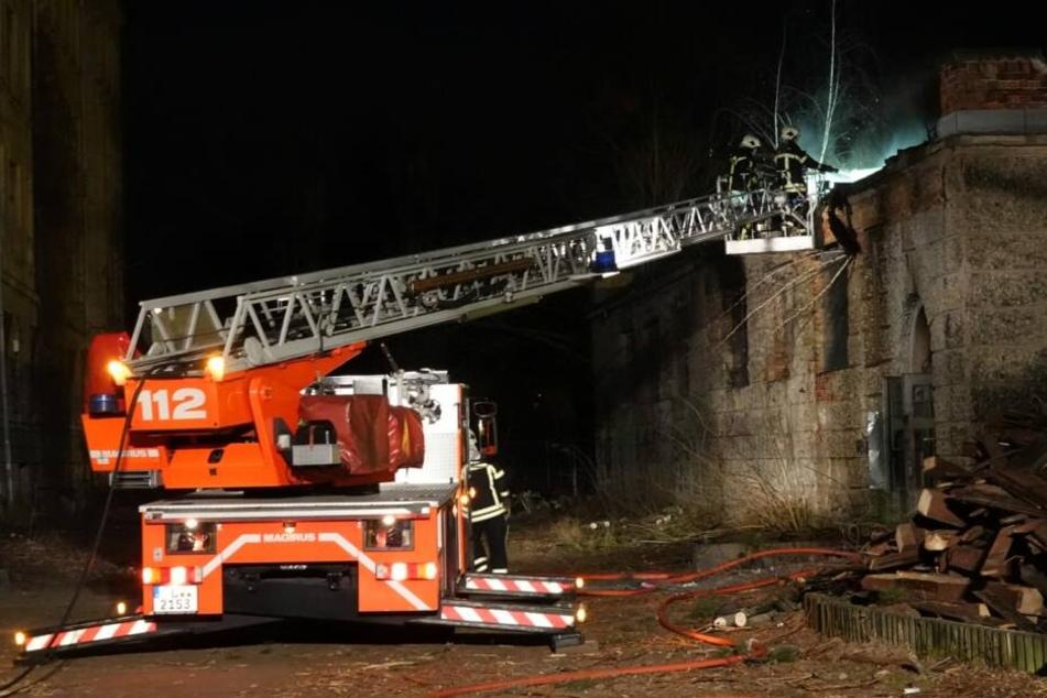 Kameraden der Feuerwehr an der leerstehenden Baracke.