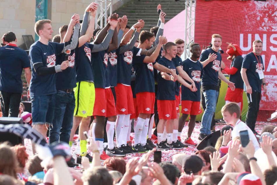 Gefeiert wurde trotz des Bayern-Schocks dann doch noch. Die Schützenhilfe von Dortmund (nur 1:1 in Augsburg) verhalf RB zur Vizemeisterschaft.