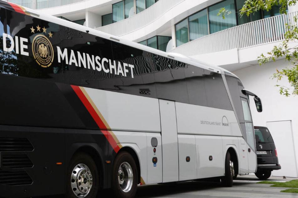 """Der Bus der Nationalmannschaft steht vor dem Luxus-Hotel """"The Fontenay""""."""