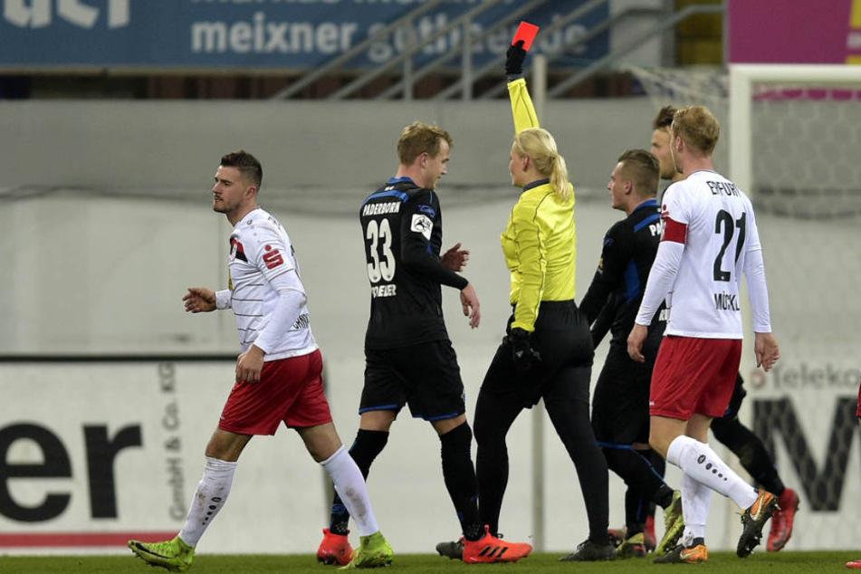 in der 64. Minute wurde Sebastian Schonlau (Mi. 23) des Feldes verwiesen.