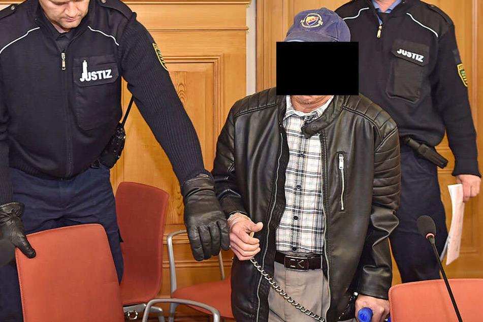 Hai Hoang M. (58) kam in gestern mit Krücken ins Görlitzer Landgericht.
