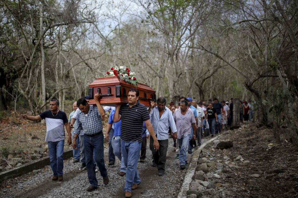 Familienmitglieder von Entführungsopfern haben in dem Grab Überreste von mindestens 250 Menschen entdeckt.
