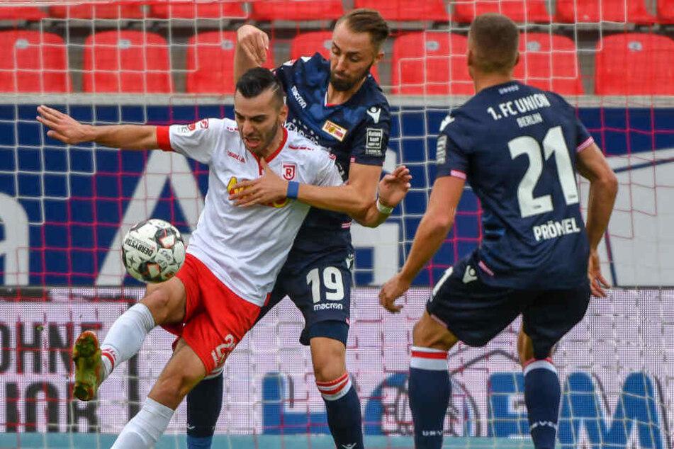 Adamyan und Hübner kämpfen um den Ball.