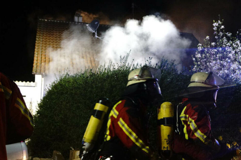 Haus brennt in der Nacht: Drei Menschen verletzt