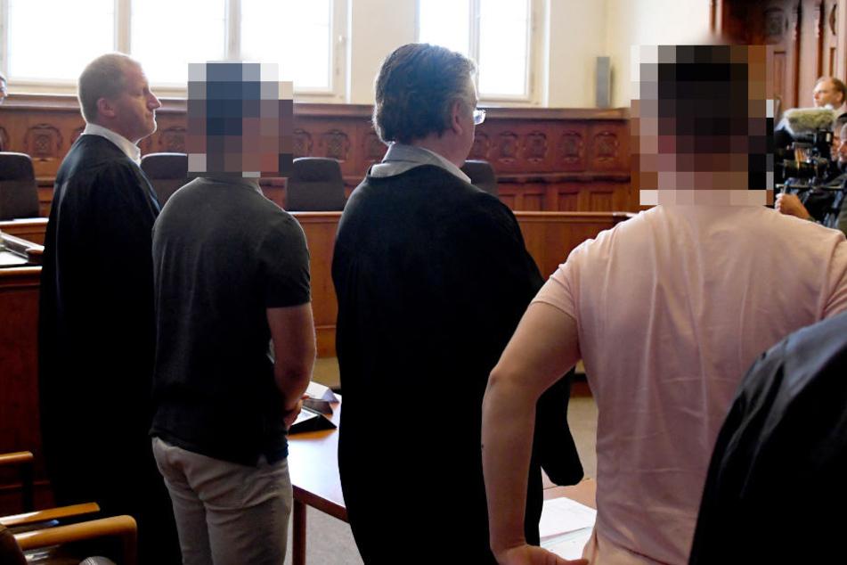 Die beiden Angeklagten warten mit ihren Verteidigern auf die Urteilsverkündung.