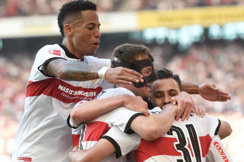 Hier jubelt Dennis Aogo (l.) noch mit seinen VfB-Kollegen.