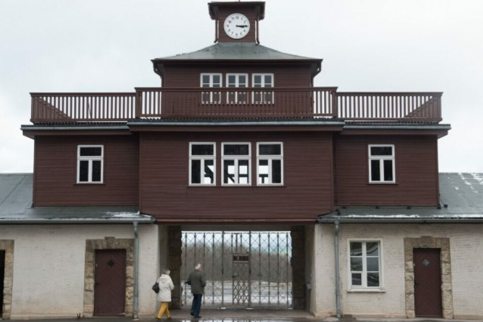 56-Jähriger spielt Wehrmachtsmusik und Rede von Adolf Hitler vor KZ-Gedenkstätte Buchenwald ab