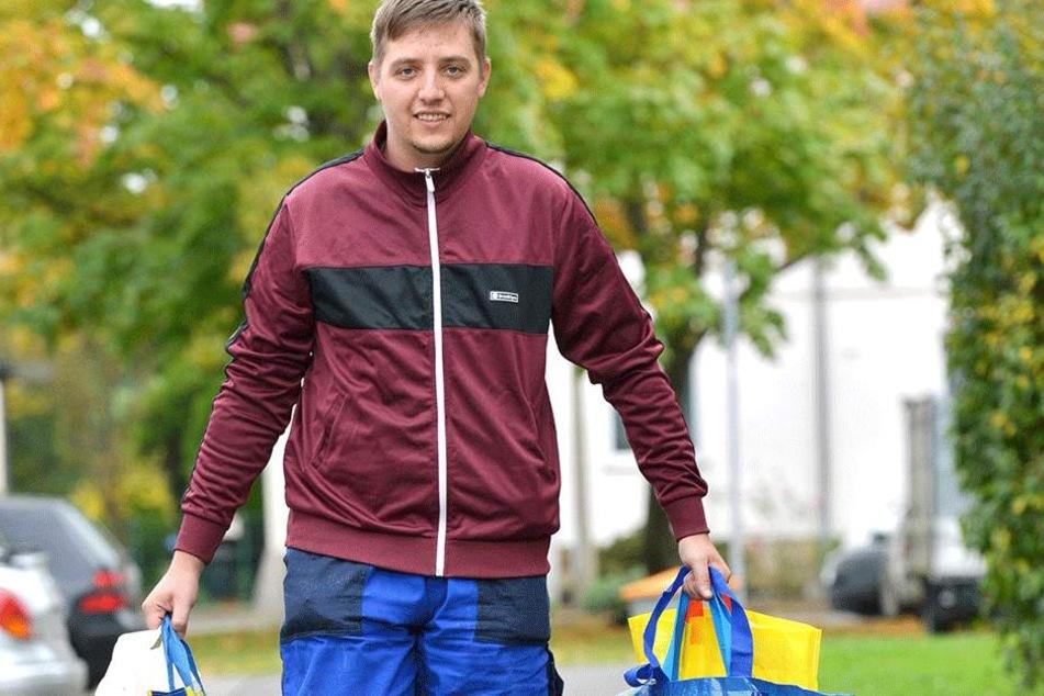 """Einkaufen und Tüten schleppen ist nur eine seiner Dienstleistungen: Tom Erbes  (27) ist der """"Alltagshelfer"""" in Dresden."""