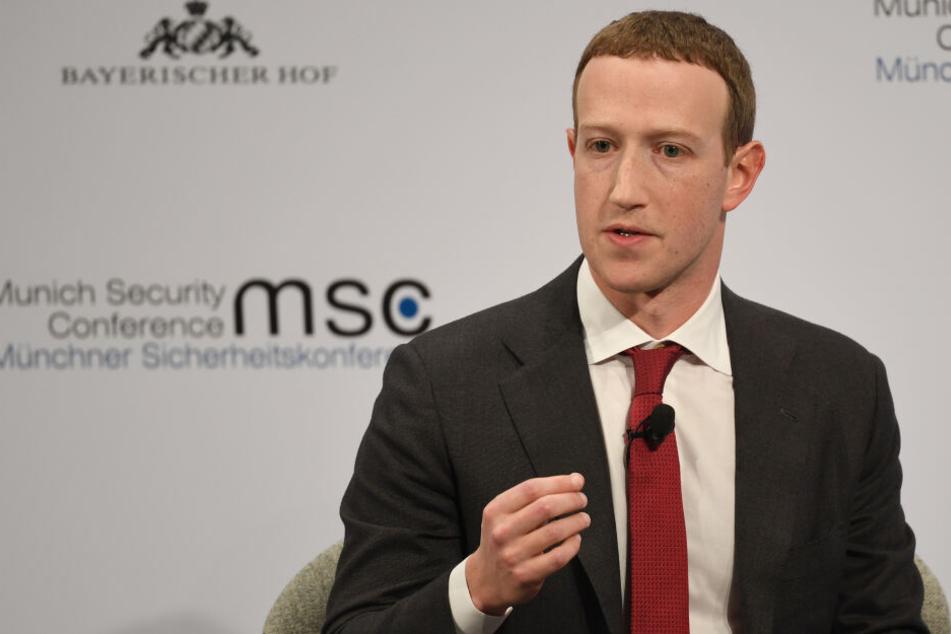 München: Mark Zuckerberg gesteht: So viele Accounts muss Facebook täglich löschen