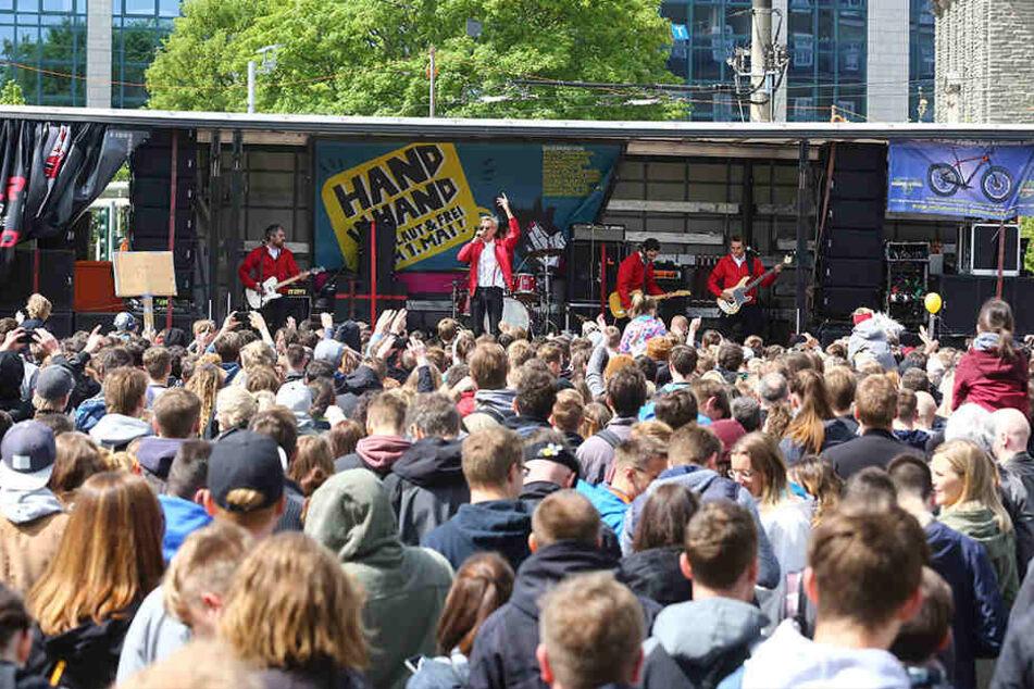 """""""Kraftklub"""" gaben ein Protest-Konzert gegen den """"III. Weg"""". Die Partei marschierte am 1. Mai in Chemnitz."""