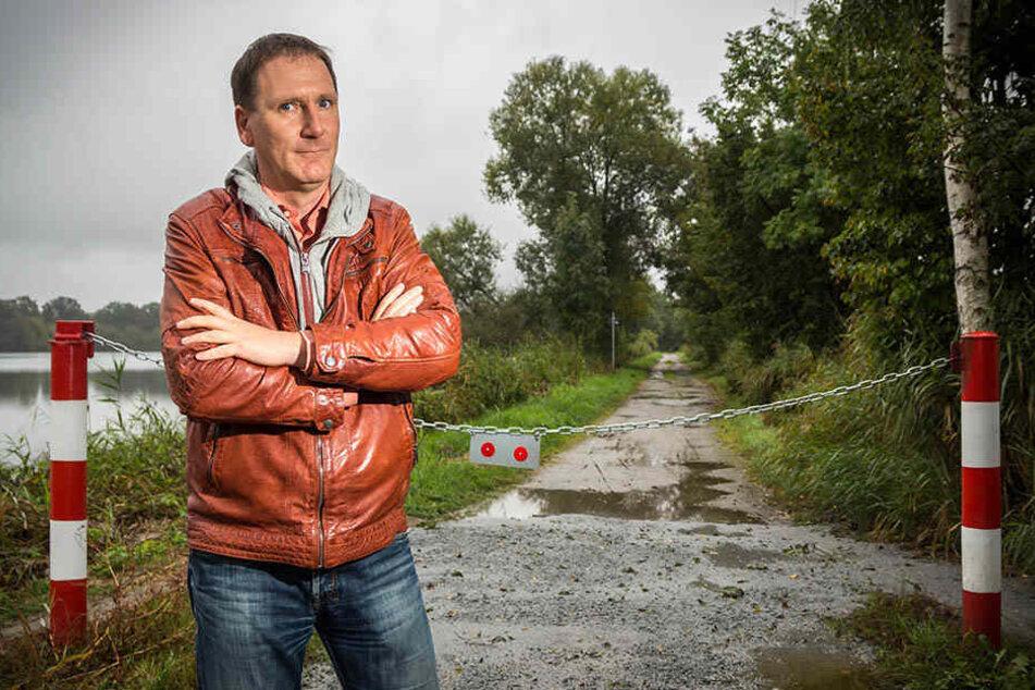 Eine Absperrkette auf dem Spree-Radweg: Der Malschwitzer Bürgermeister Matthias Seidel wollte sie  beseitigen und kassierte dafür eine Anzeige wegen Diebstahls und  Sachbeschädigung.