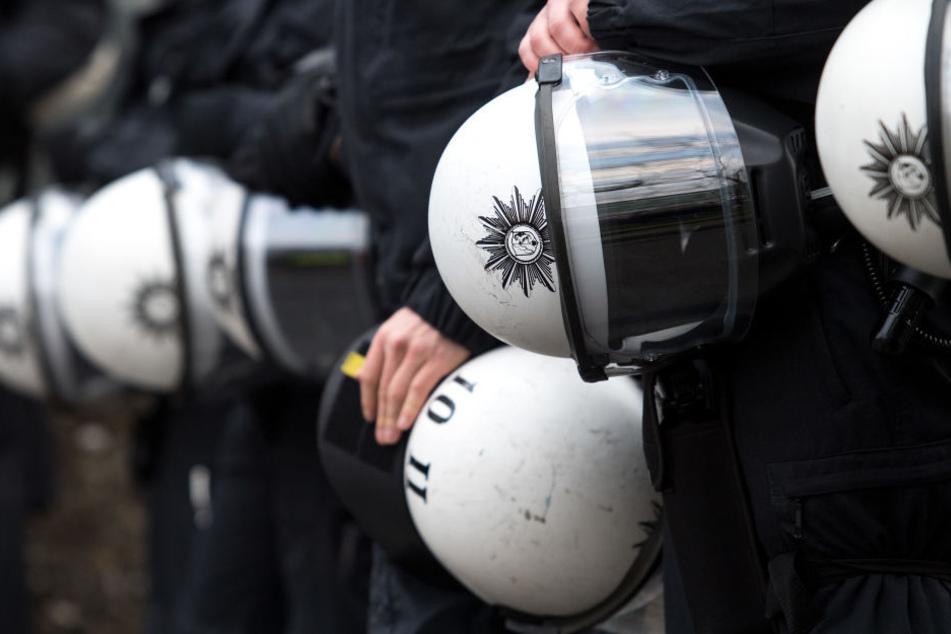 Zahlreiche Polizisten sicherten die Veranstaltung ab (Symbolbild).