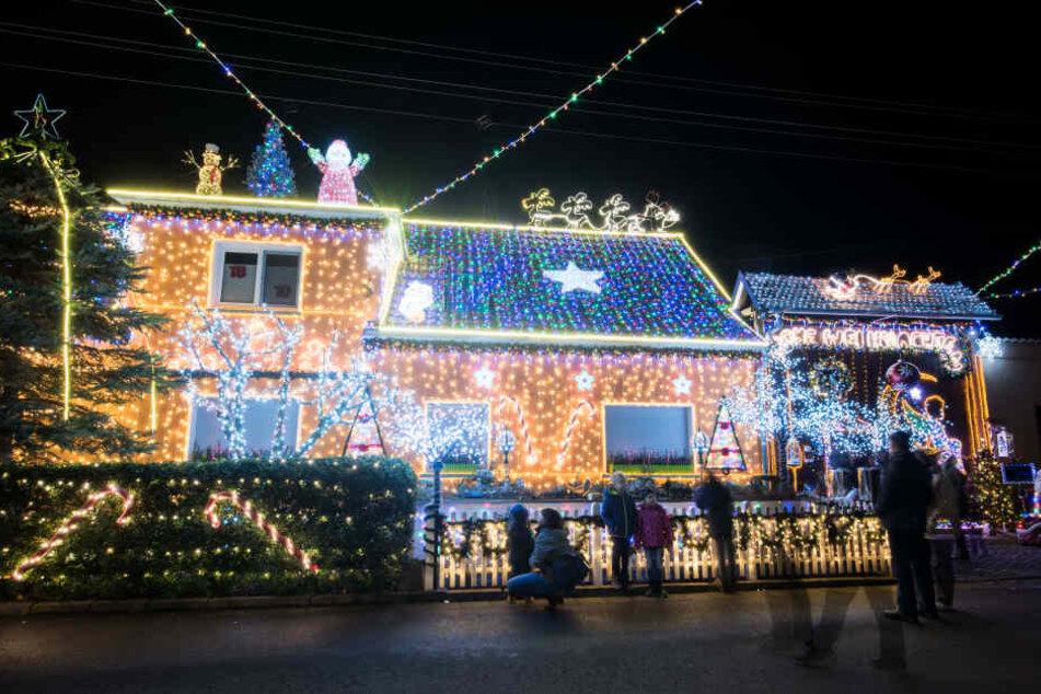 Wahnsinn! An diesem Weihnachts-Haus hängen 145.000 LEDs!
