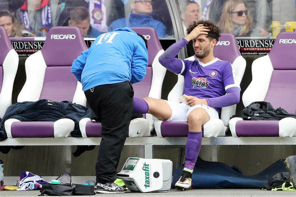 Fabio Kaufmann sitzt völlig fertig auf der Bank. Physiotherapeutin Maria Koch bandagiert ihm den verletzten rechten Fuß.