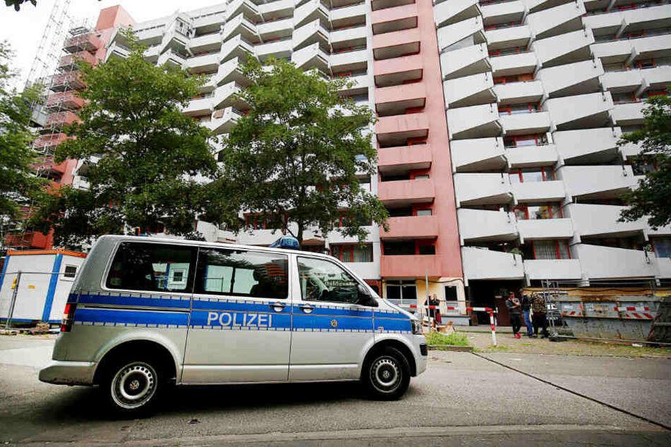 Ein Polizeifahrzeug steht vor dem Wohnhaus Osloerstraße 3. Hier soll der Angeklagte biologische Waffen in hergestellt haben.