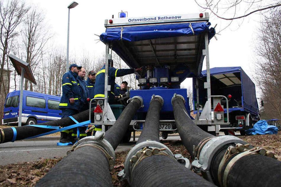 Der Betrieb mobiler Riesenpumpen benötigt mehr Personal als die Chemnitzer Feuerwehr hat.