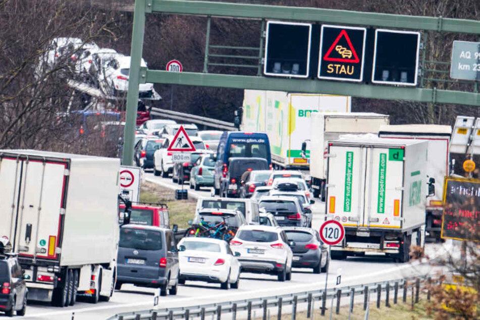 Auf den Straßen in Bayern kann es an Pfingsten einmal mehr eng werden. (Symbolbild)