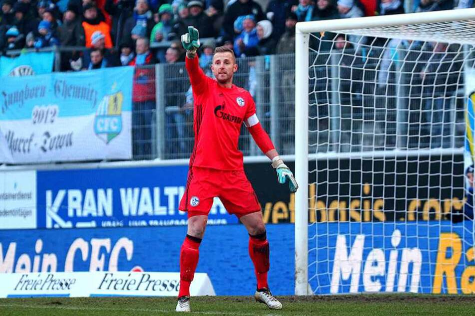 Ralf Fährmann im Trikot von Schalke 04 wünscht seinem Ex-Verein alles Gute.